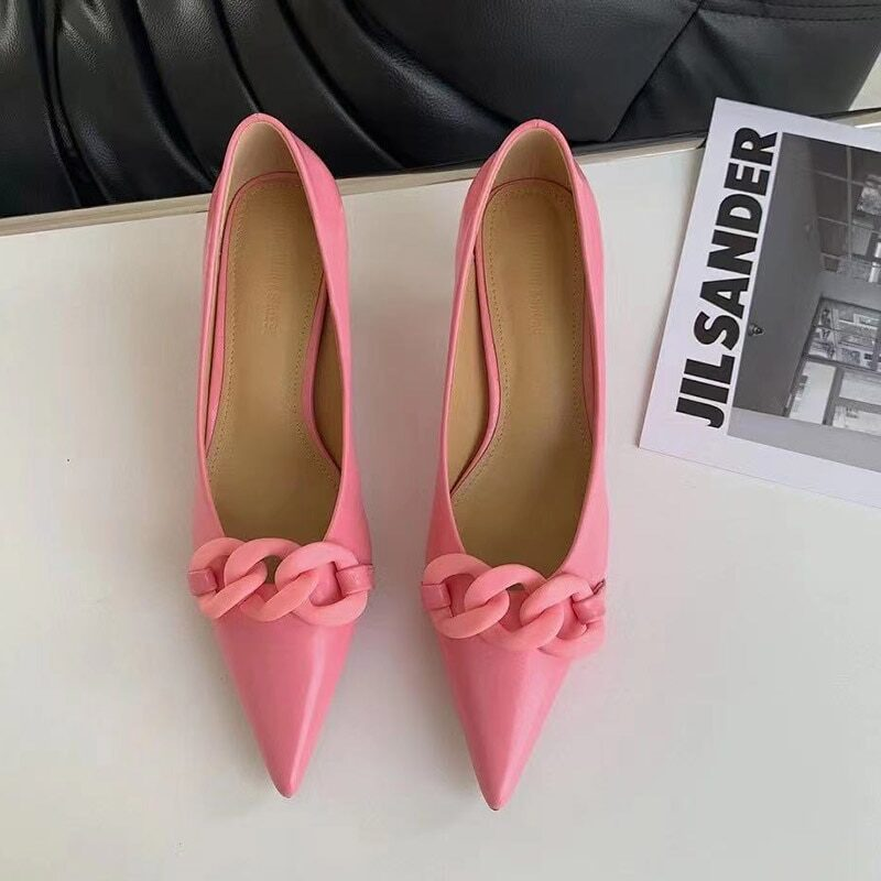 Women's elegant pumps with low heel and decorative chain